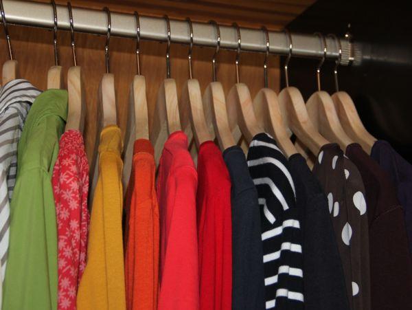 Kleidung hosen jacken shirts auf kleiderb gel for Kleideraufbewahrung ideen