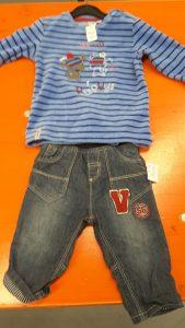 Kinderhosen und T-Shirt