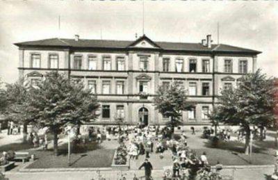 Schillerplatz mit Schillerschule